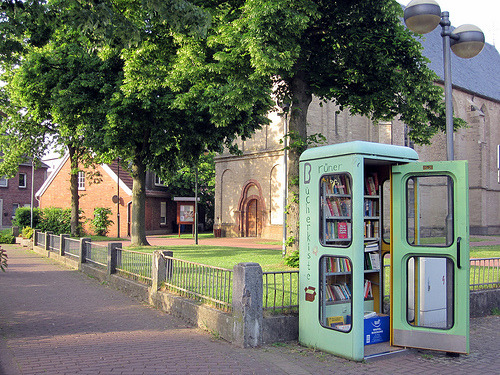 Awesome use of a defunct telephone box as a local communal book swap. Brüner Bücherkiste (by photojennic).  See also: Earlier Unconsumption posts on old phone booths used for new purposes.