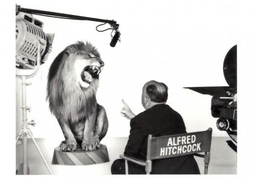 Alfred Hitchcock directs the MGM lion. Buenísimo!