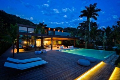 i love pools! this is a home in Rio de Janiero, Brazil.is this not beyond stunning? picture spam coming up!