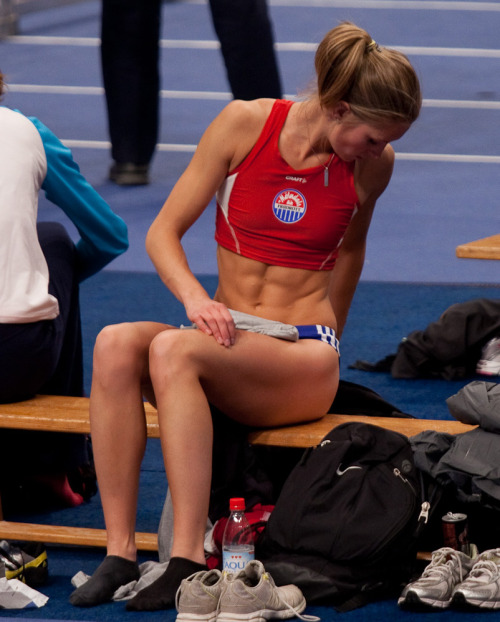 rippedandfit:  I spy….with my little eye…ABS!