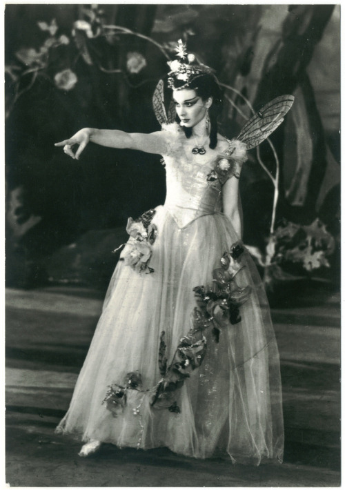 canadiansliveinigloos:  © J.W. Debenham Vivien Leigh as Titania in A Midsummer Night's Dream. Old Vic Theatre, 1937