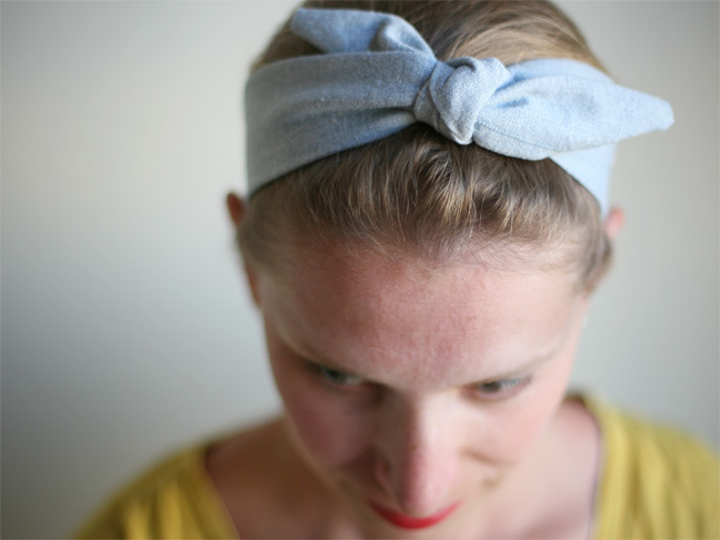 50's Style Bowtie Headband | Momtastic This tutorial is for thefemininecopacetic who asked about a headband with a cute knot - here it is! Even better, it's permanently tied so there's no messing about with trying to tie the knot in the mornings! This is so cute even I might have to break out the old sewing machine to try and make this!
