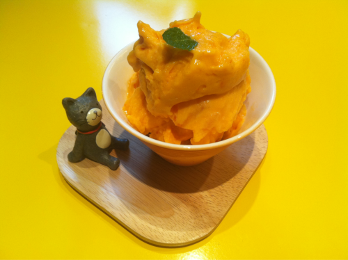 thisknife:  홍시 요거트 (red-ripe persimmon yogurt) yellew in @5cijung bangbae, seoul  Yogurt looks good. (the plate too, haha)