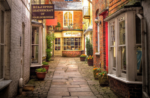 enchantedengland:  ysvoice:| ♕ |  Romantic alley in London  | via vintageelegance | amanysplendidthing