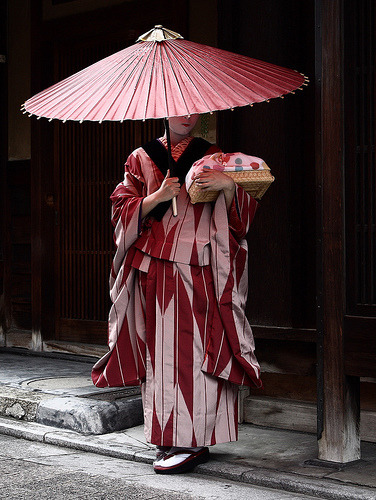 rebiancaful:  umbrella / travel / culture / traditional / japanese : maiko (geisha apprentice), kyoto japan  舞妓 孝ひな 日本・京都 by momoyama on Flickr.