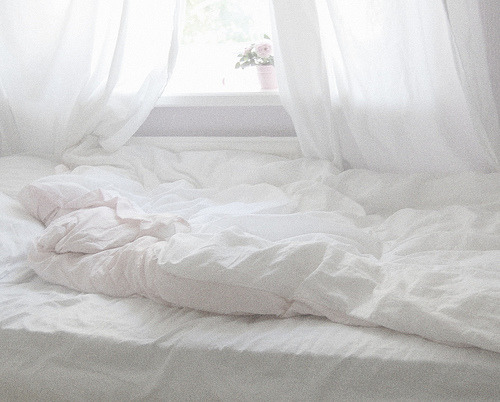 neonelixir:  i've always wanted a bed right next to the windowsill