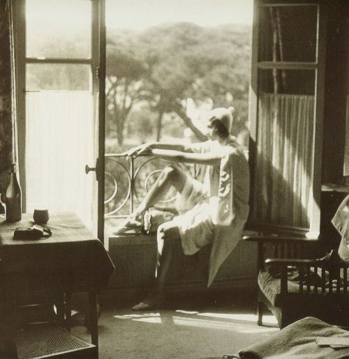 liquidnight:  Jacques-Henri Lartigue Renée Juan-les-Pins, May 1930 [via Le Clown Lyrique]
