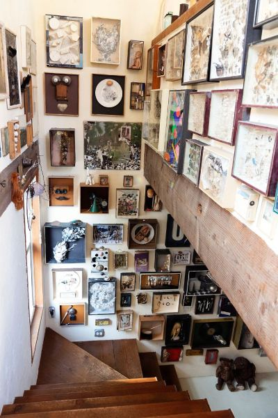 a collection of collections in this guy's stairwell. so much time has been devoted to his house! [source]