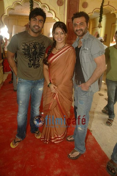 Mahima Chaudhry and Sanjay Kapoor on the set of Mumbhai the Gangsters