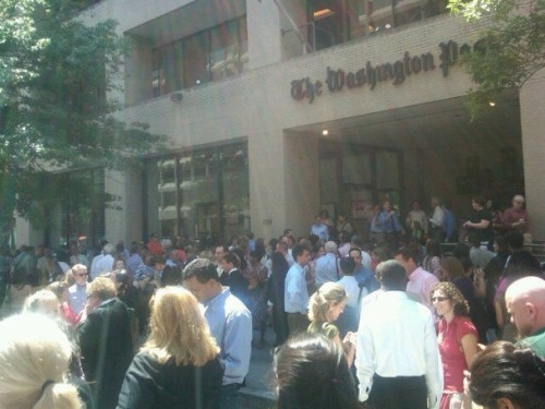 inothernews:  People flood the streets outside the Washington Post, moments after a magnitude 5.9 earthquake, centered in Mineral, Virginia hit Washington, D.C.  The quake was felt as far north as Boston and as far south as North Carolina; no injuries were immediately reported.   					(Photo: David Nakamura/The Washington Post)