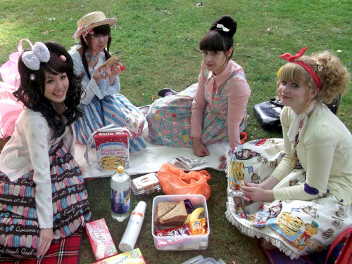 I wore ETC's macaron print for a smalle picnic last weekend! Me, Wing, Monelle and Emma after the rain subsided.