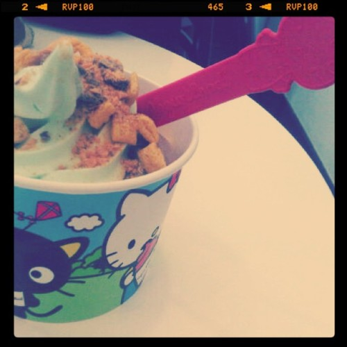 Yogurtland + Hello Kitty = instagram)