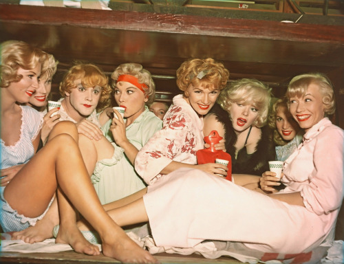 sugarpie:   Some Like It Hot  Looks like a good time for a slumber party…