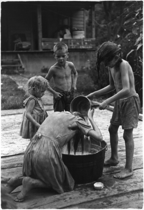 luzfosca:  William Gedney Children by washtub; oldest girl washing her hair, Kentucky, 1964 From William Gedney Photographs and Writings, 1940s-1989
