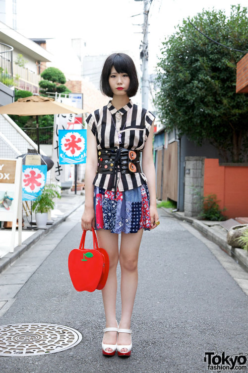 tokyo-fashion:  16-year-old girl w/ corset belt & BodyLine bag in Harajuku.