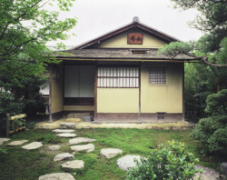 如庵 (Jo-an) The Jo-an Teahouse in Inuyama, Aichi is one of Japan's most celebrated tea ceremony houses, designated as a national treasure. It was built in 1618 by Oda Uraku, a younger brother of Oda Nobunaga and a disciple of Sen-no-rikyu. During the Meiji Period, it was moved from Kyoto to Inuyama, particularly in the Urakuen Tea Garden.