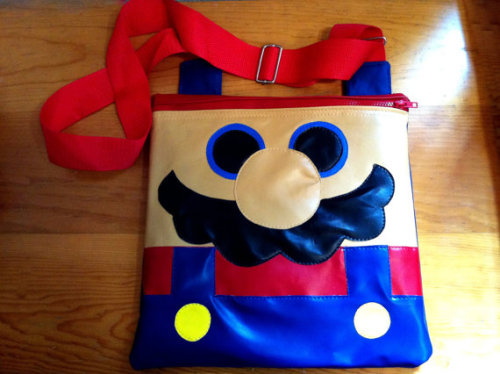 so cuteeee mario bros flat baggggg insanelygaming:  Mario Bros Flat Bag - by Cosmocow Available on Etsy Princess Peach Flat Bag is also available on Etsy