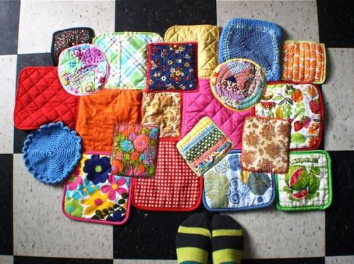 icouldmakethat:  How to: Potholder Rug @Craftzine.com blog I can see why some people might not be so into this, but I really love it. The only problem is how to find that many vintage potholders that are stain-free.