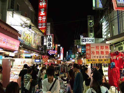 ohmyasian:  (by sputnik*sweetheart)2007. Shilin Night Market. Located in Taiwan, this night market has all the food, drinks, and games you want! An AWESOME place to visit with friends… too bad they're planning on making it indoors wtf D:   Love this place!! good eats and bargain shopping! Can't believe they want to make it indoors! :(