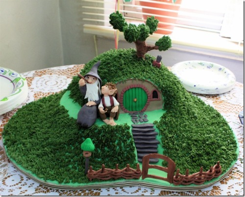 gjals:  t0xika:  Gandalf the Gray and Bilbo Baggins Cake! Very cool. *Jaw Dropped*  WHERE IS THIS FROM?! I WANT IT FOR MY 19TH!!