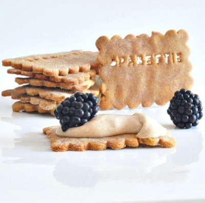 chia blackberry cracker with date dip