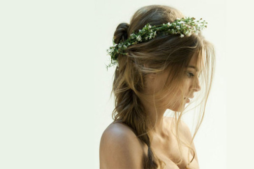 Pretty inspiration for wedding hair! Check it out (via Inspiring Hair Accessories Part 2)