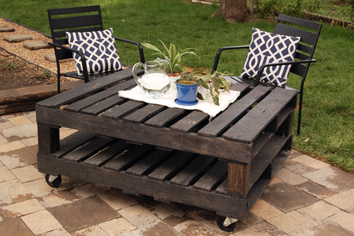 Outdoor pallet table diy:joy ever after You didn't think I would leave you too long without another great shipping pallet DIY did you? Head on over to Joy Ever After for more great photos of this super easy DIY!