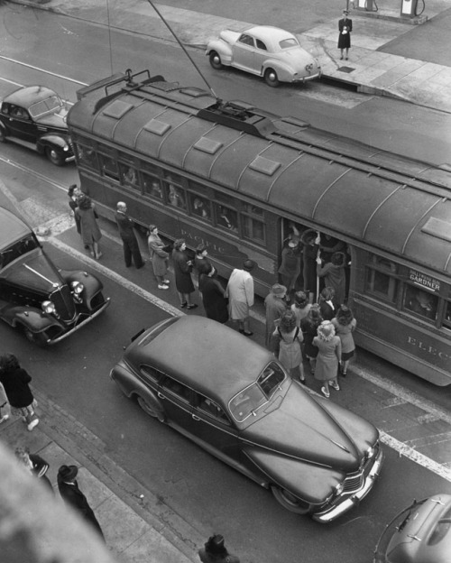 memoriastoica:  Riders peer into a Pacific Electric Red Car for Hollywood Blvd/Gardner with no hope of boarding the overcrowded train. The crowding is due to a walkout. Circa 1946.