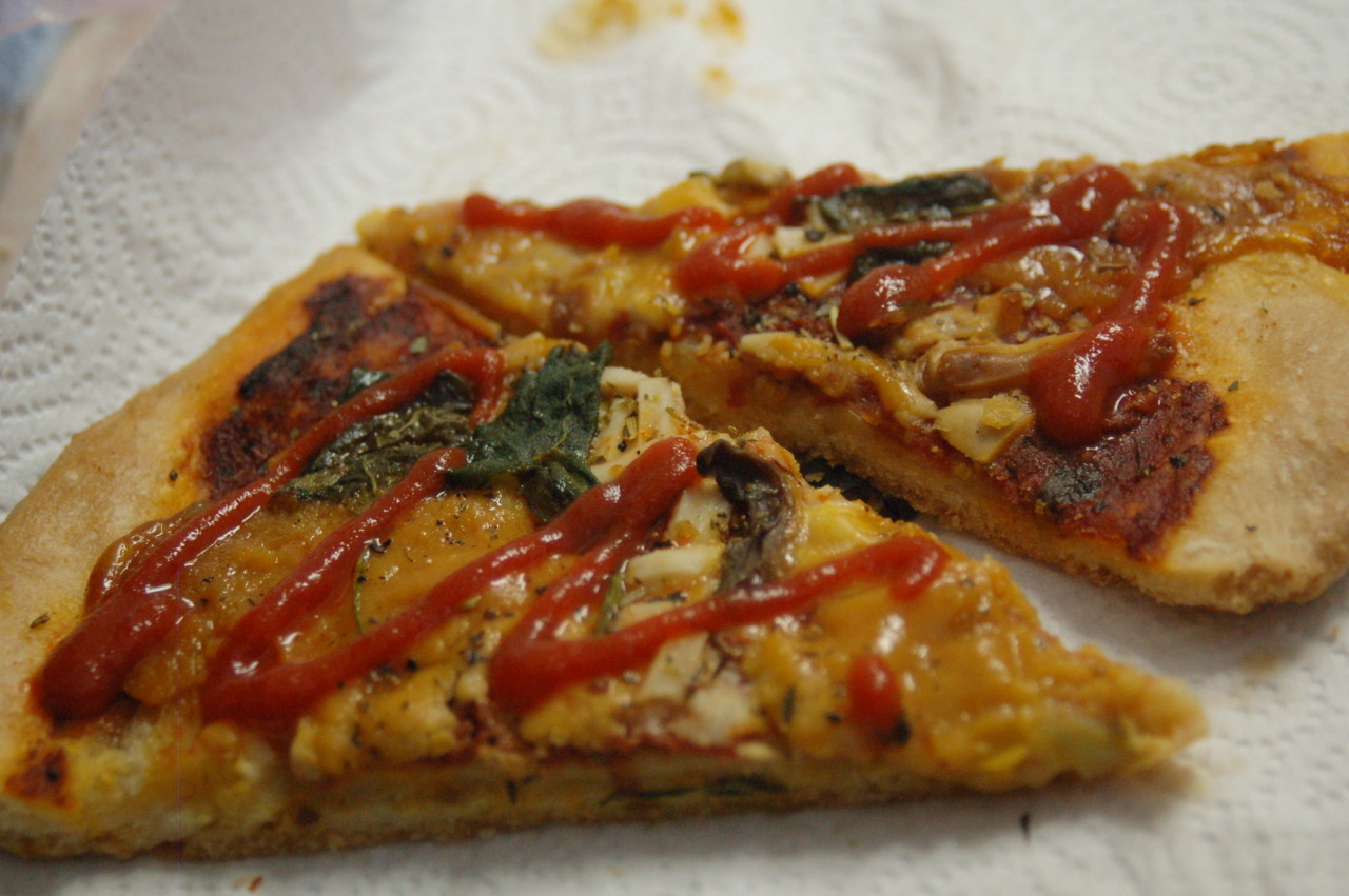 Mmm, some sriracha on vegan pizza.