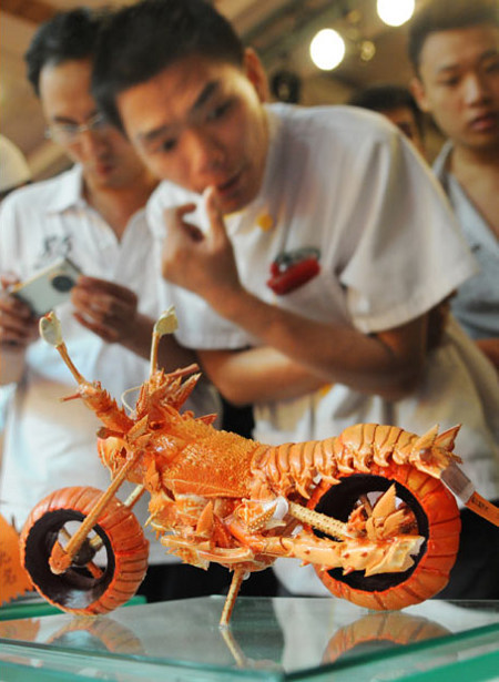 estherjkim:  trust-nobody:     Motorbike-shaped craftwork made of lobsters !!!   WTH