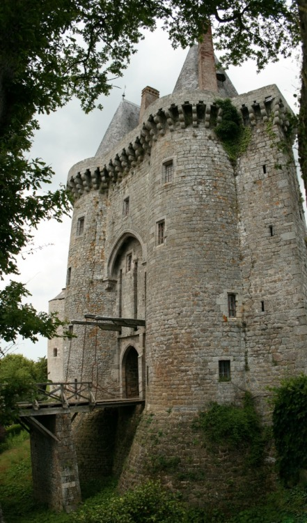 in-the-middle-earth:  Montmuran castle, Brocéliande, France.  11th-14th c.