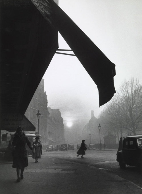 Willy Ronis Carrefour Sèvres Babylone, Paris, 1948 (luzfosca)