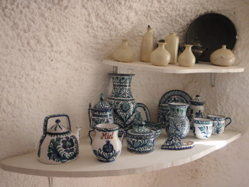 Andalucían pottery in the Sacromonte caves.