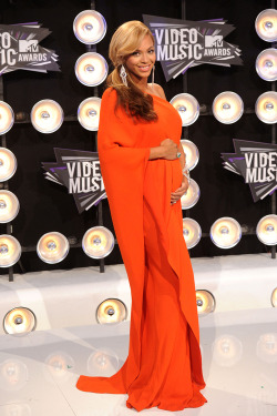Bey…preggers & glowing in Lanvin! #VMAs