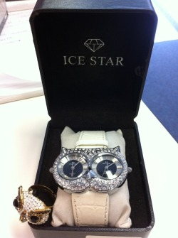 AHH haha the perfect watch, owly and with 2 faces so I can have one on Brunei time and one on UK time  fuckyeahowls:  An owl watch that has dual faces to tell time! Awesome! A gift from my colleague/friend, Rebecca. Her tumblr is http://bex91.tumblr.com/
