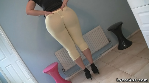 boobs-and-booty:  phat ass UK milf in tight leggings bigassmilf:  in my tight lycra leggings and heels #milf #ass lycraass:  #sexy Big ass wife in tight sexy yellow lycra leggings & heels