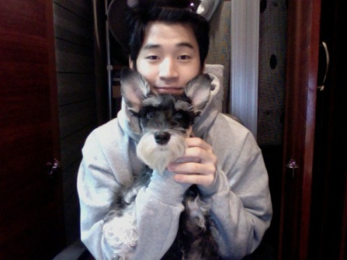 The dog's so young, but he looks like a grandpa! XD ~Kim (김)