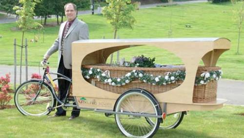 nocarbon:  mothernaturenetwork:  The bike hearse makes dying greenerA funeral home in Eugene, Oregon goes the extra green mile by offering their customers the option of a bike hearse.  Of course, Oregon.   I WANT MY CORPSE HAULED AWAY IN A BIKE HEARSE And then after that I want to be composted