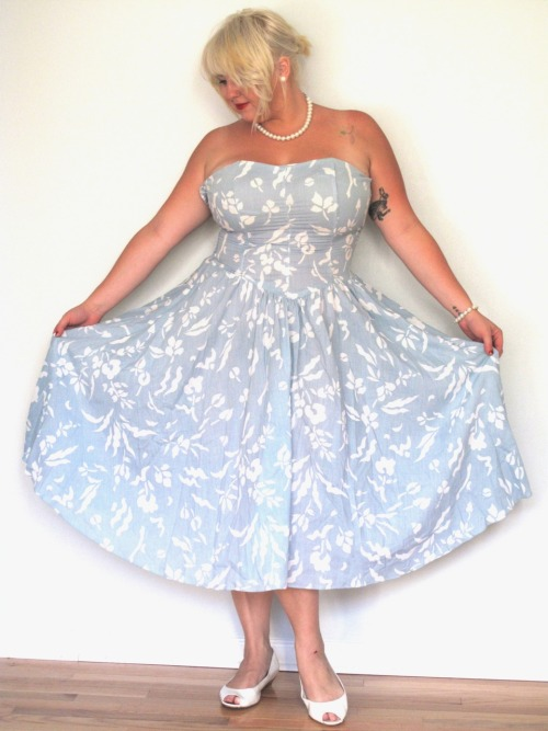 Curvy Girls <3 Vintage Too! http://aprilalayne.com/2011/08/30/vintage-curves-2/