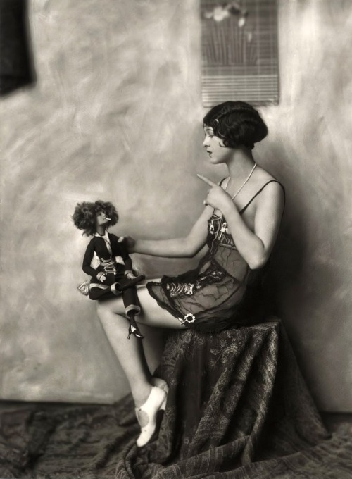 maliciousglamour:  Photographer: Alfred Cheney Johnston, circa 1920's  These bitches right here.