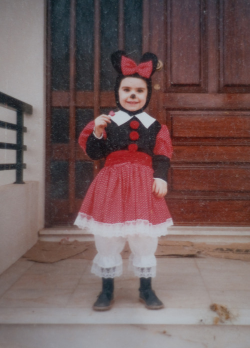 luminous-lu:  Moi. As Minnie. And now you can really see the whole outfit.  I was a CosPlayer from a really young age.   AAAAAWWWNN!! CUUUUTE! =D
