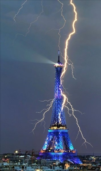 dangreentree:  Amazing Photo of the Eiffel Tower being struck by lightning!