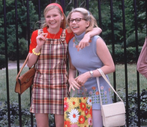 suicideblonde:  Kirsten Dunst and Michelle Williams in Dick This movie is ADORABLE  I wanna see this