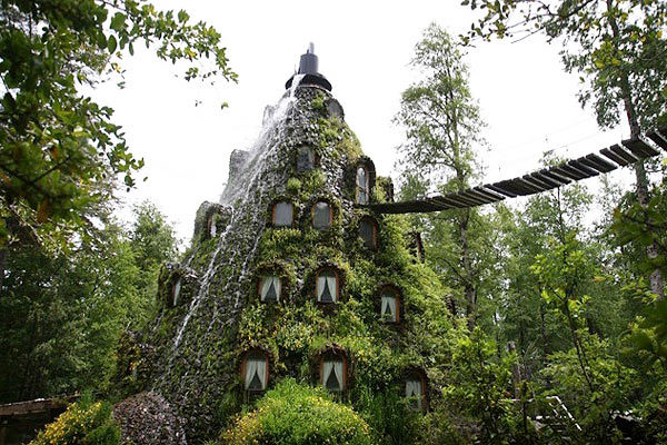 fuckyeahprettyplaces:  Magic Mountain Lodge, Chile.