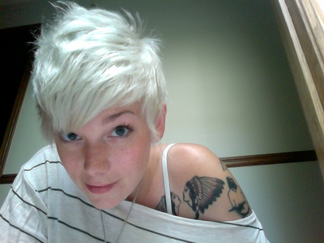 I'm not normally into dying hair, but i think I'm a big fan of the silver hair goth thing going on right now.