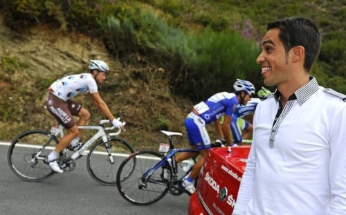 fuckyeahcycling:  Vuelta a Espana 2011 | Stage 13 Alberto Contador out on course watching the stage. Good to see Bert is about as cool as the rest of us when we go to a race ;) (via Photo from Reuters Pictures)  Wonder if he wished he was riding…