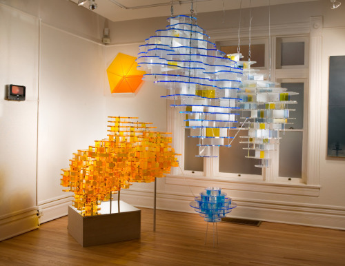 Susan Meyer: unité d'habitation, 2009, laser cut acrylic, H-O scale figures, aluminum, wood, video and sound, dimensions variable
