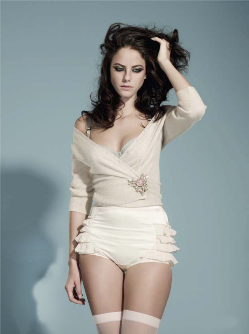 Kaya Scodelario is one of those people I love because she maintains a healthy weight. You can tell she looks really healthy, not too skinny and not too big. Plus, she's beautiful!