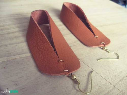 scissorsandthread:  DIY Leather Earrings | Freshly Given I keep looking in Op shops to try and find old leather anything to cut up and use, but thus far it evades me. I guess all the other crafters out there are going and buying it up before me! But I have found packets of leather off cuts in the craft store so I've been trying to find little projects using leather. I like these a lot - when I finally get my ears pierced again I'm going to wear these!
