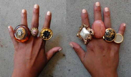 Learn how to make some statement rings using vintage buttons. (via Glitter n Glue DIY: Button Statment Rings |)